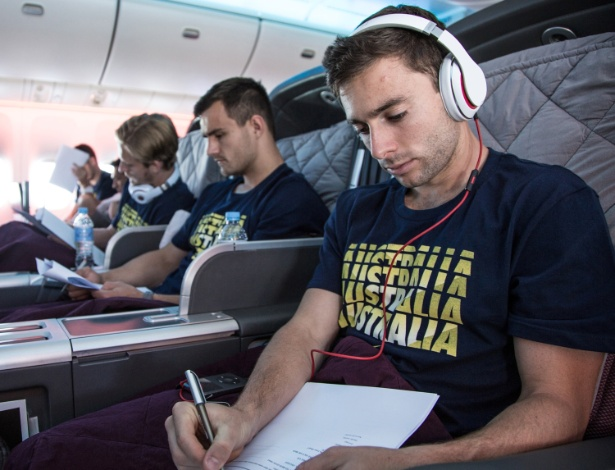 28.mai.2014 - Tommy Oar , jogador da Austrália, no voo que trouxe a seleção da Oceania para o Brasil