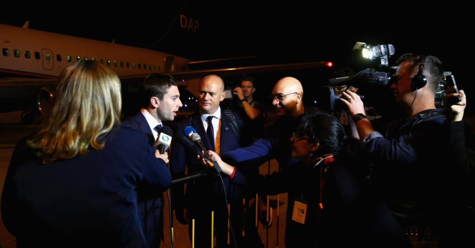 28.mai.2014 - Tommy Oar, jogador da Austrália, concede entrevista ao desembarcar em Curitiba