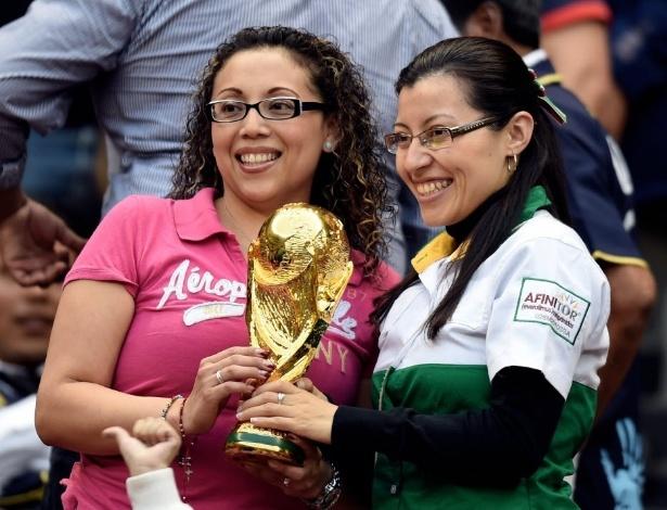 28.mai.2014 - Torcedoras mexicanas mostram réplica da Copa do Mundo nas arquibancadas do amistoso contra Israel