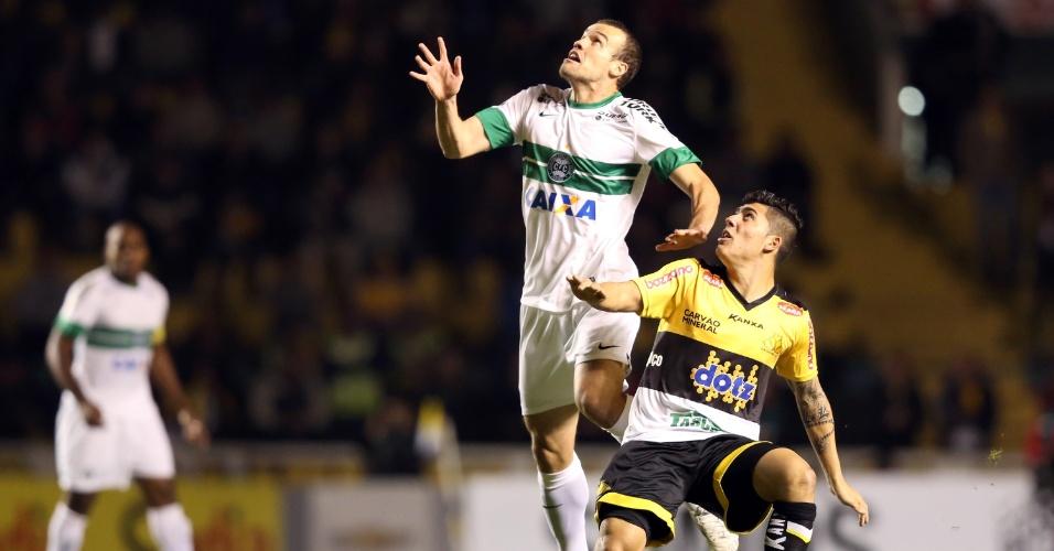 28.mai.2014 - Zagueiro Chico sobe alto para cabecear bola na partida do Coritiba contra o Criciúma