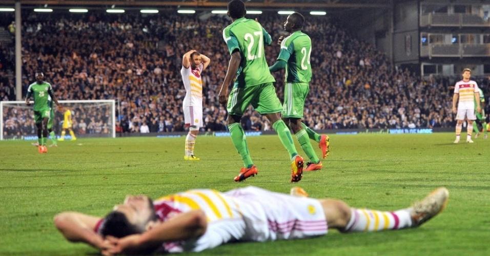 28.mai.2014 - Zagueiro escocês fica caído no chão lamentando a falha no gol de Uche, o 2° da Nigéria no amistoso