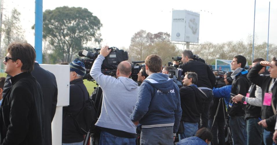 Centenas de jornalistas estrangeiros brigam por um lugar para registrar imagens do primeiro treino aberto da Argentina