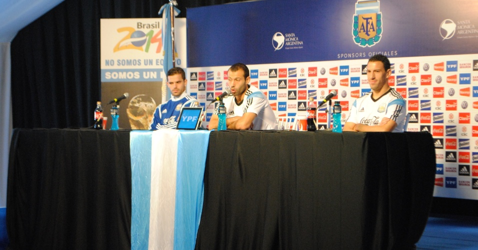 Da esquerda para a direita: Fernando Gago, Javier Mascherano e Maxi Rodríguez concedem entrevista coletiva no centro de treinamento da Argentina