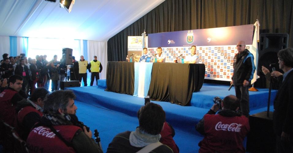 Da esquerda para a direita: Fernando Gago, Javier Mascherano e Maxi Rodríguez dão a primeira coletiva de imprensa da seleção da Argentina