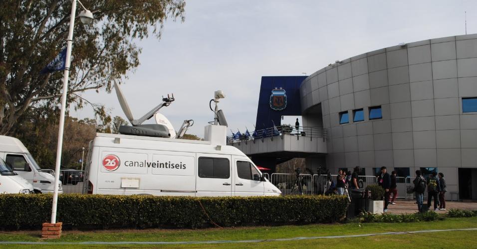Equipes de televisão transmitem o primeiro treino aberto da Argentina, em Ezeiza