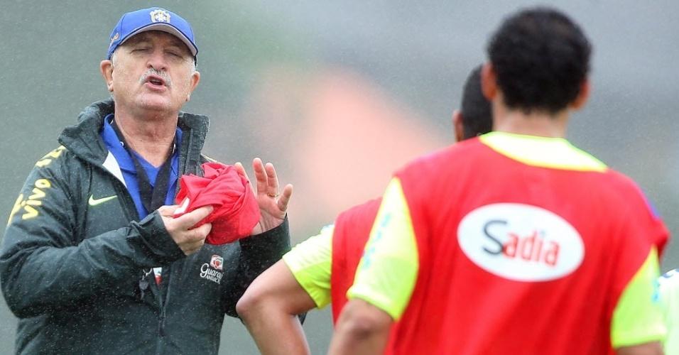 28.mai.2014 - Felipão passa instruções durante treinamento da seleção do Brasil