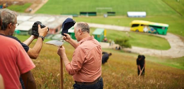 Foto divulgada pela Ambev, com Luiz Felipe Scolari portando uma enxada em lavoura de cevada na Granja Comary