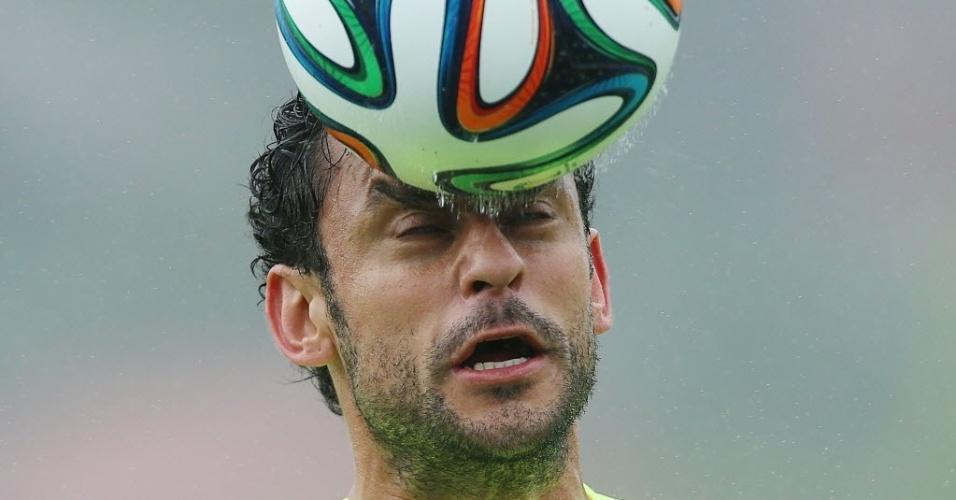 28.mai.2014 - Fred cabeceia a bola durante treino da seleção brasileira