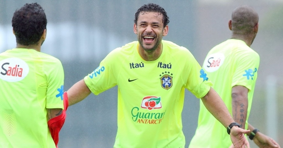 28.mai.2014 - Fred sorri durante treino da seleção brasileira na Granja Comary