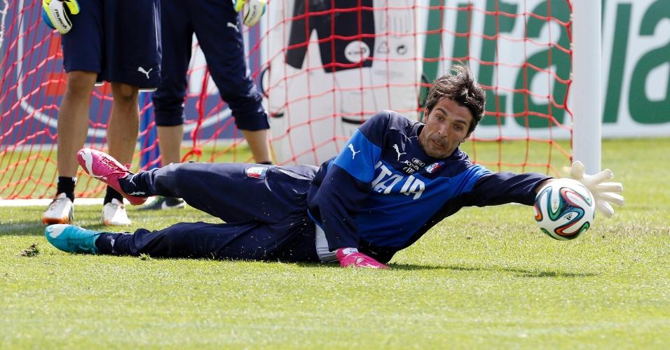 Goleiro Gianluigi Buffon treina no CT da Itália, em Florença