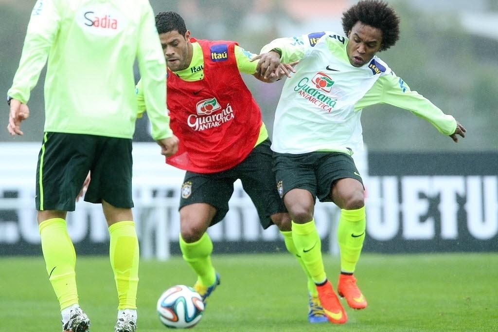 28.mai.2014 - Hulk e William disputam a bola durante atividade em treino da seleção brasileira