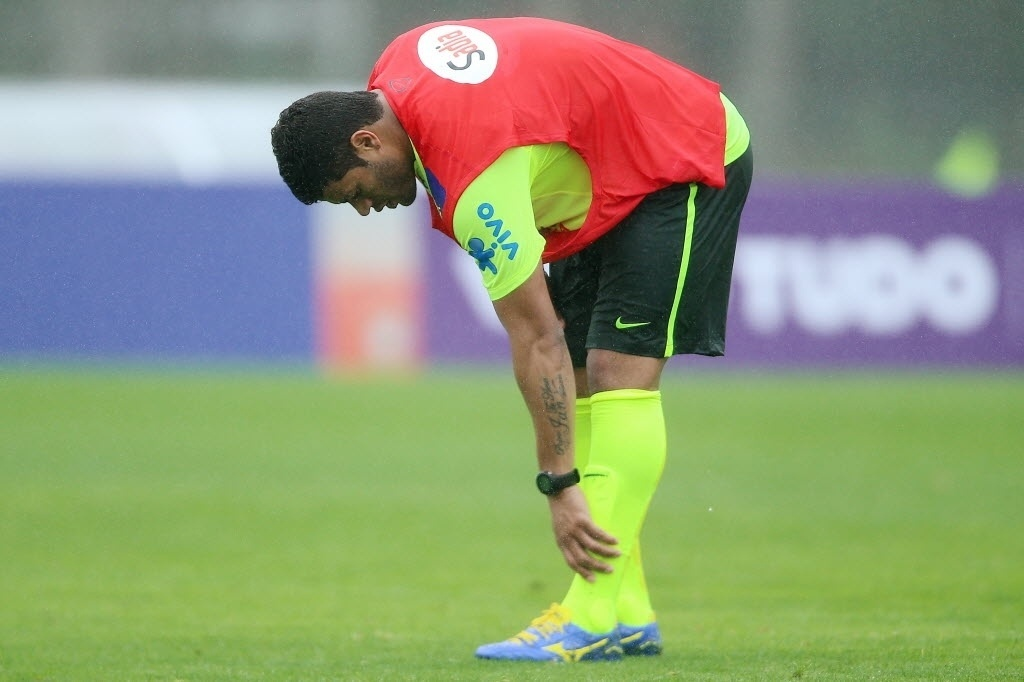 28.mai.2014 - Hulk põe a mão no tornozelo durante treino da seleção na Granja Comary