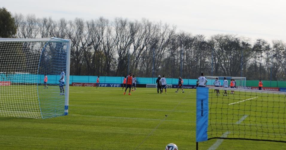 Jogadores da Argentina treinam com bola no primeiro treino aberto à imprensa