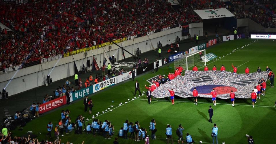 Jogadores da Coreia do Sul carregam bandeira nacional antes de amistoso em Seul