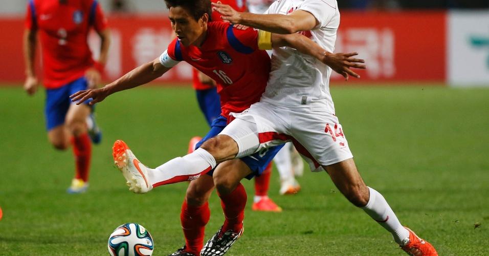 Koo Ja-cheol luta pela bola com Stephane Houcine em amistoso entre Coreia e Tunísia