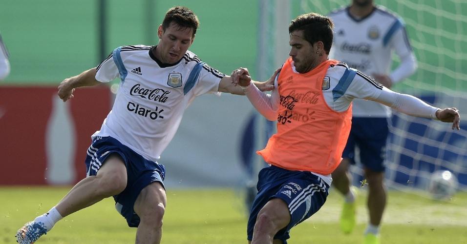 Messi corta Fernando Gago, durante treino da Argentina, em Buenos Aires