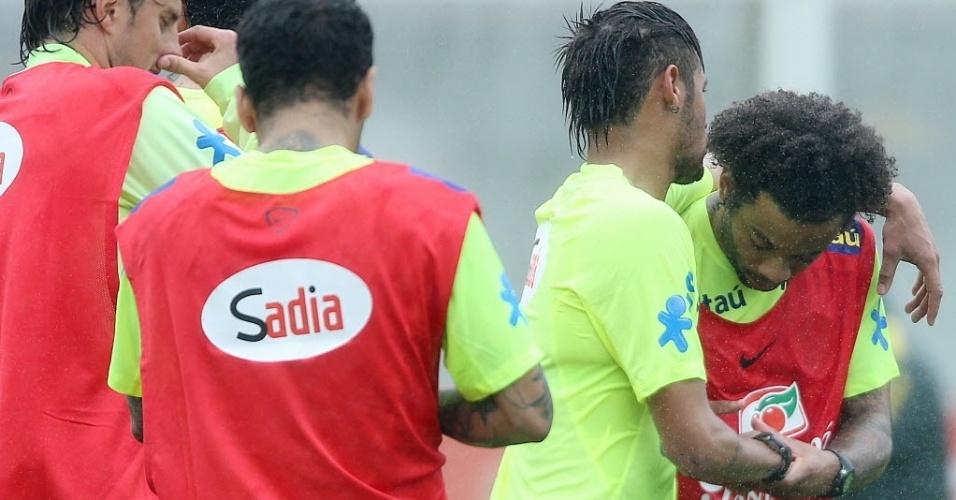 28.mai.2014 - Neymar abraça Marcelo durante treino da seleção na Granja Comary