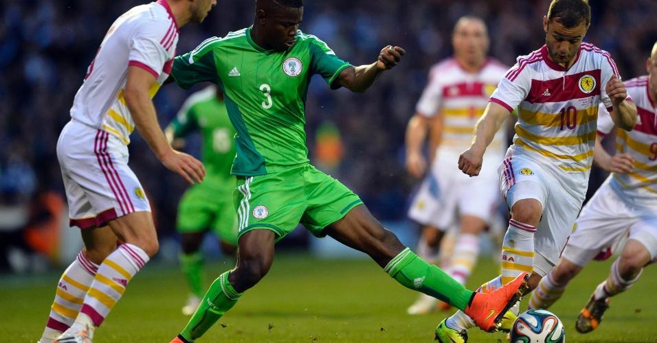 Nigeriano Elderson Echiejile entra em dividida com Shaun Maloney, da Escócia
