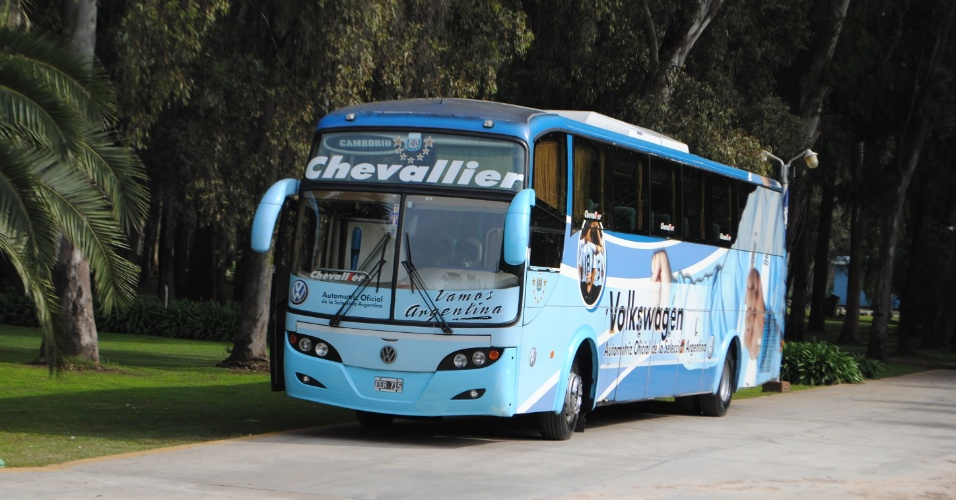 Ônibus que transporta os jogadores argentinos estacionado no centro de treinamento, em Ezeiza
