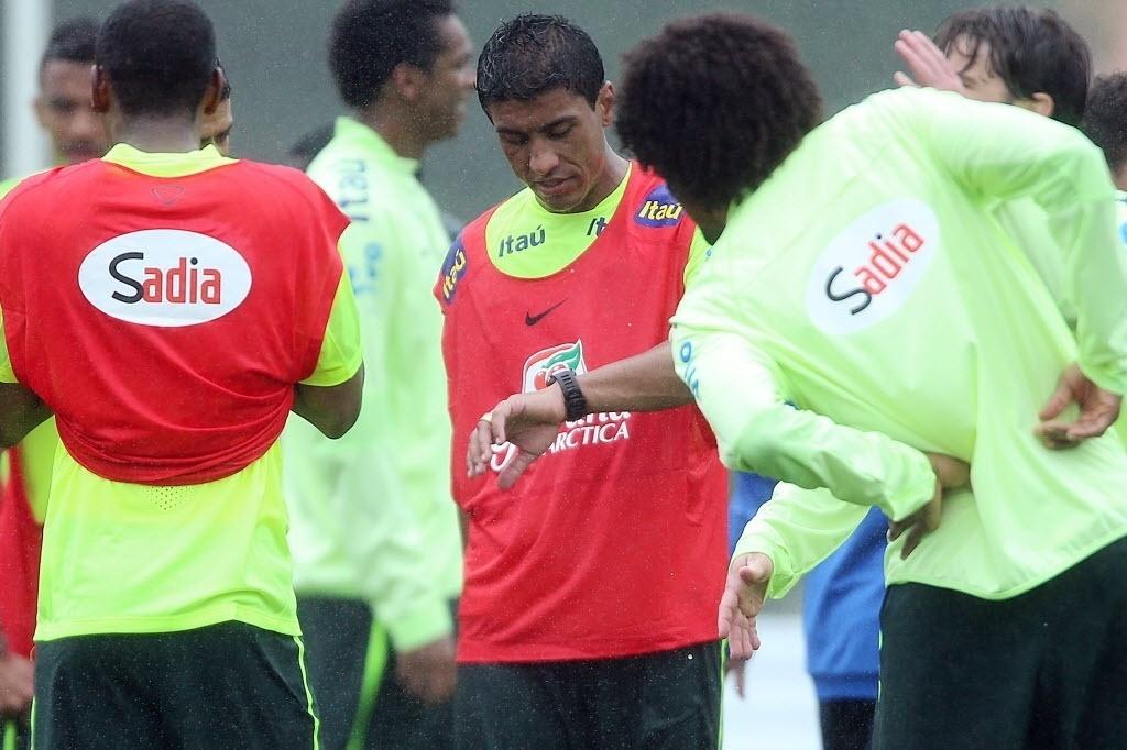 28.mai.2014 - Paulinho confere as horas no seu relógio durante treino da seleção brasileira