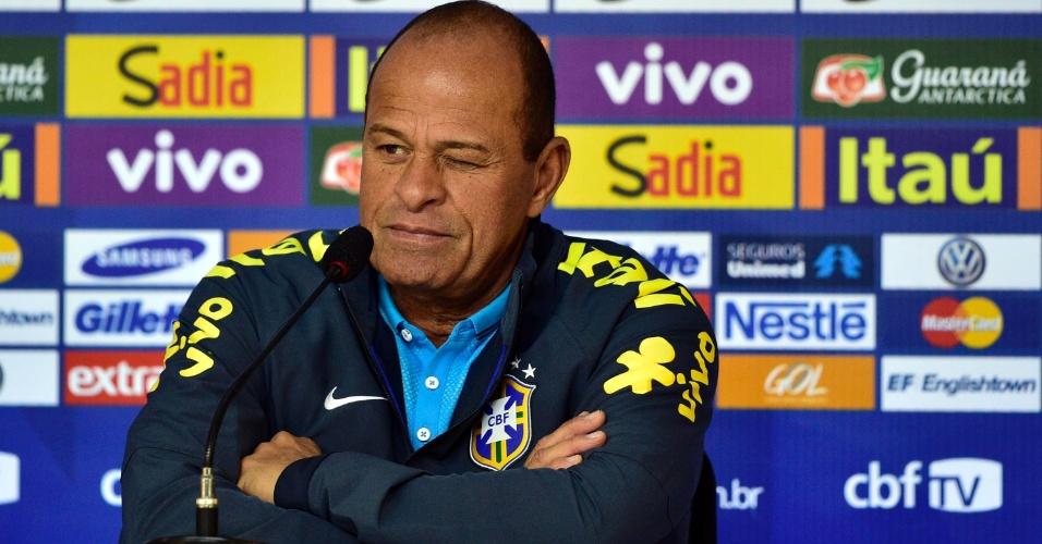 Paulo Paixão, preparador físico da seleção, fala durante entrevista coletiva na Granja Comary
