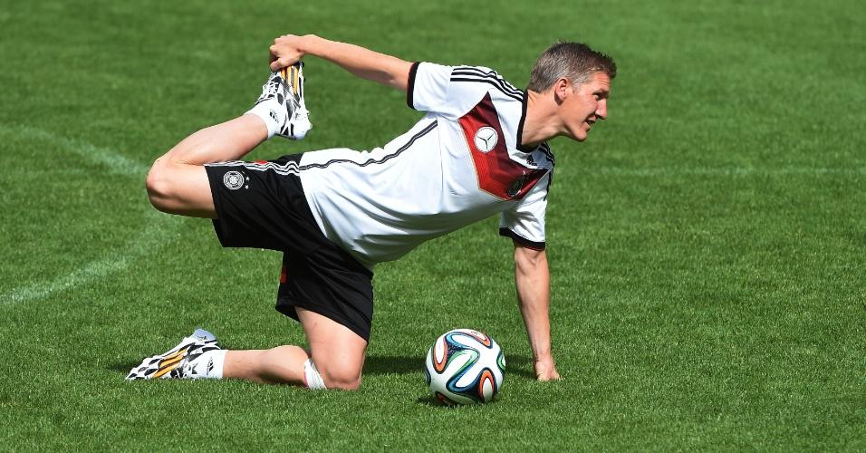 Schweinsteiger se alonga durante o treino da Alemanha