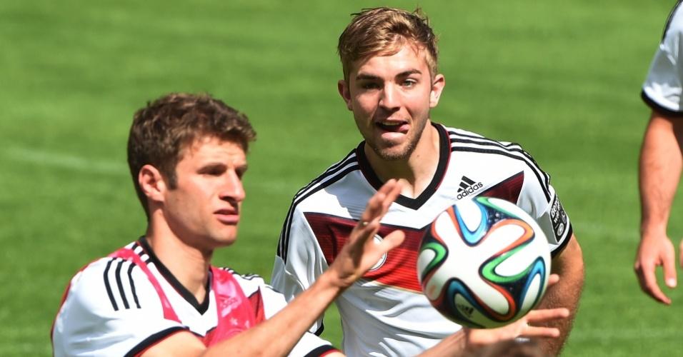 Thomas Mueller e Christoph Kramer se aquecem no treino da Alemanha