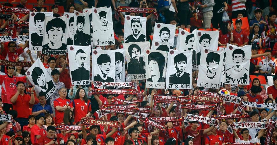 Torcida coreana mostra apoio aos atletas da sua seleção em amistoso contra a Tunísia