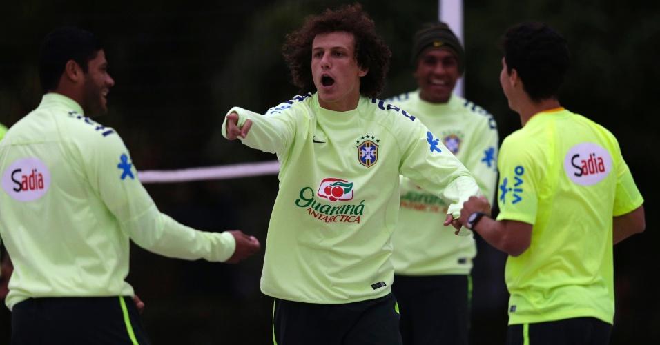 29.05.14 - David Luiz aponta para companheiro durante atividade de futevôlei no campo de areia da Granja Comary