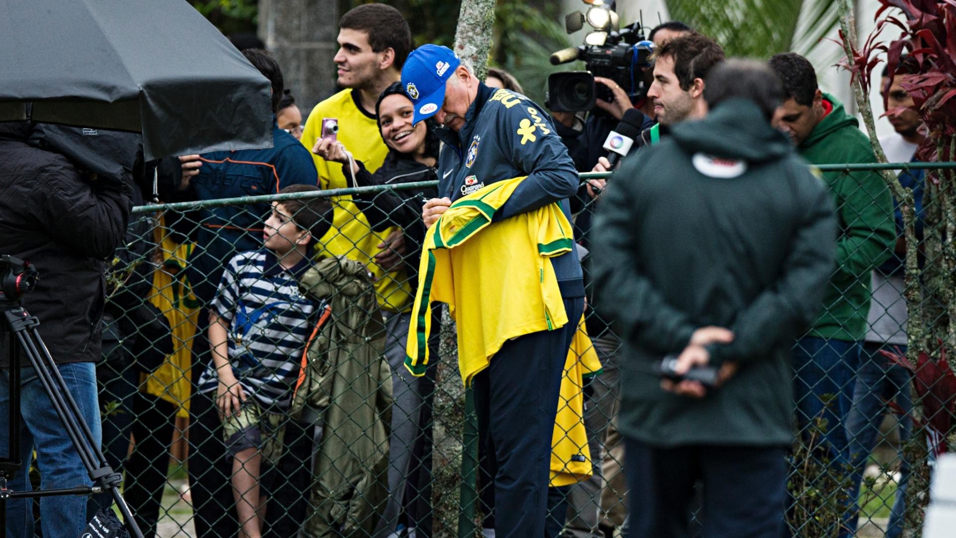 29.05.14 - Felipão autografa camisa de torcedor no treino da seleção na Granja Comary