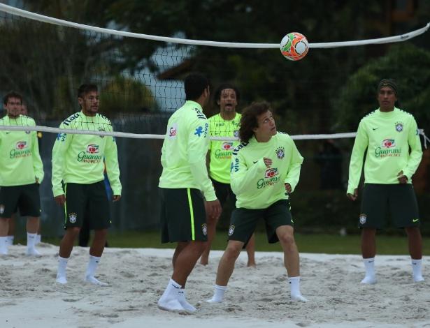 29.05.14 - Jogadores realizam atividade leve em campo de areia na Granja Comary, mais próxima de torcedores