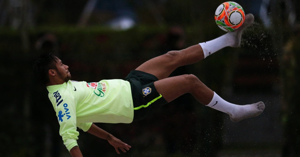 29.05.14 - Neymar arrisca bicicleta durante atividade de futevôlei no campo de areia da Granja Comary