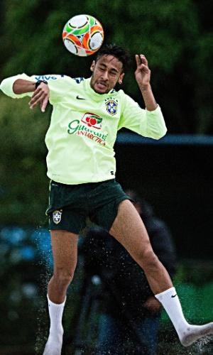 29.05.14 - Neymar cabeceia a bola no jogo de futevôlei da seleção