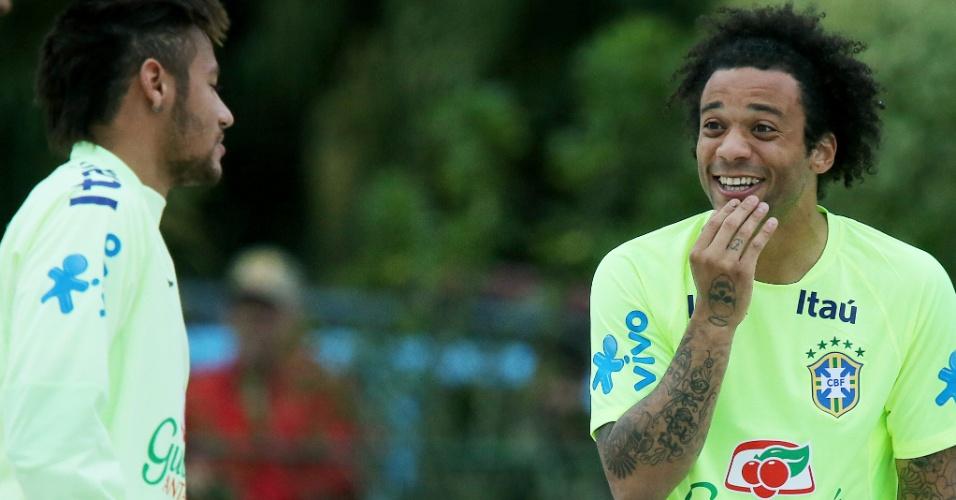 29.05.14 - Neymar conversa com Marcelo durante treinamento da seleção brasileira no campo de areia da Granja Comary