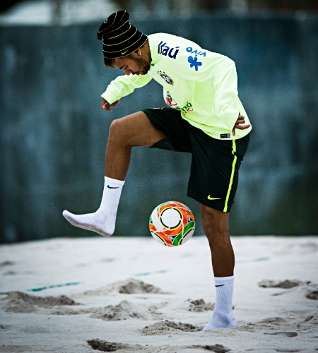 29.05.14 - Neymar domina a bola em treinamento da seleção brasileira no campo de areia da Granja Comary