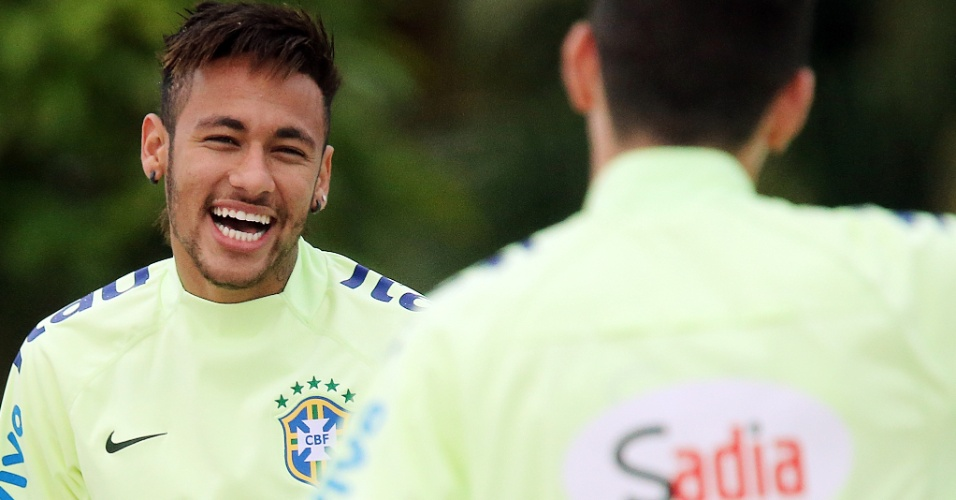 29.05.14 - Neymar sorri durante treinamento da seleção brasileira no campo de areia da Granja Comary