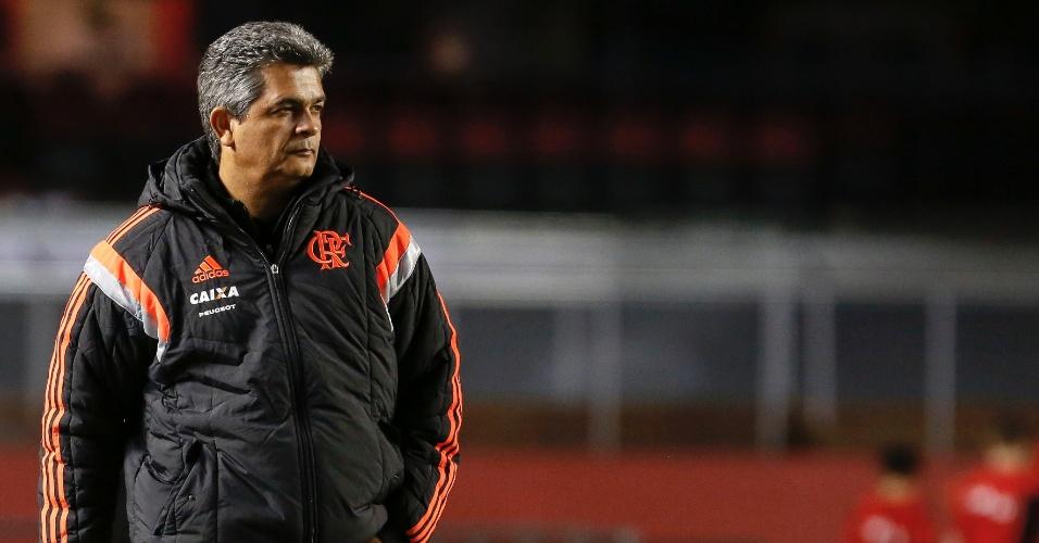 29.05.14 - O técnico Ney Franco observa os jogadores durante a partida entre Flamengo e Figueirense
