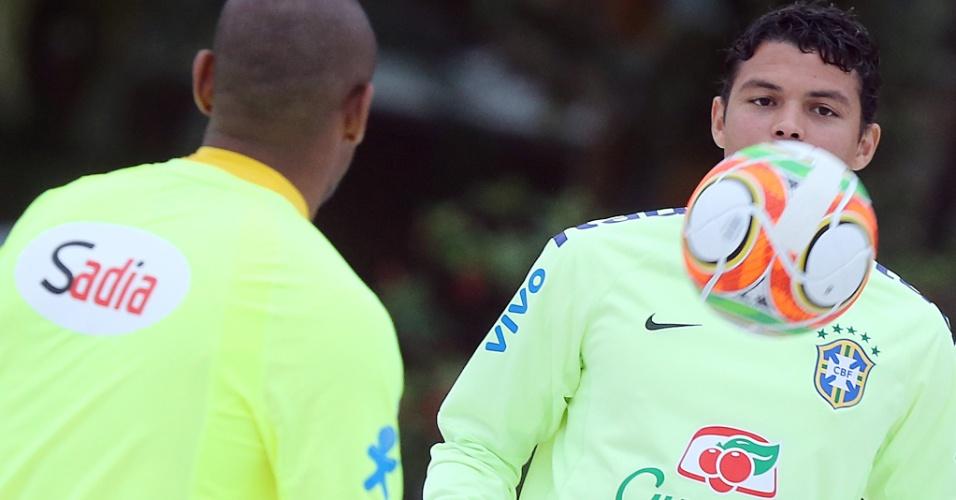 29.05.14 - Thiago Silva domina a bola em atividade de futevôlei no campo de areia da Granja Comary