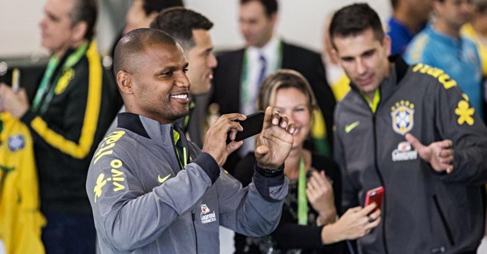 29.mai.2014 - Goleiro Jefferson brinca com celular na concentração da seleção brasileira para a Copa do Mundo de 2014