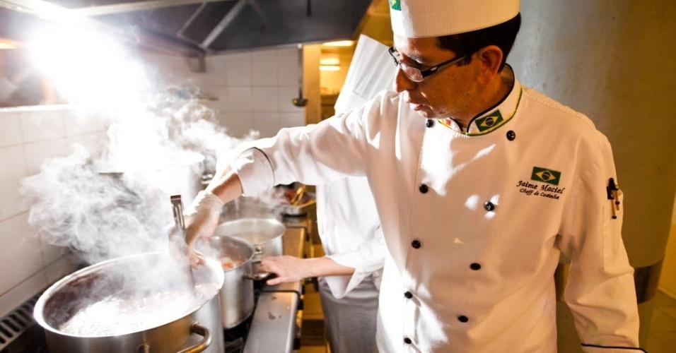 29.mai.2014 - Jaime Maciel, chef responsável pela alimentação da seleção brasileira, é patrocinado pela Nestlé