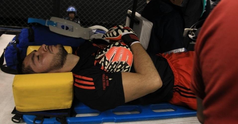 29.mai.2014 - Jesús Corona, goleiro titular do México, sai do campo após machucar o pescoço em choque com um companheiro de equipe