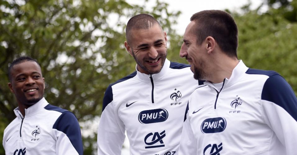 29.mai.2014 - Karim Benzema brinca com Franck Ribery e Patrice Evra no treinamento da França para a Copa do Mundo