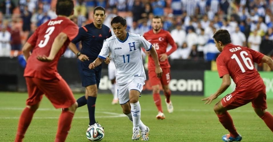 29.mai.2014 - Najar conduz a bola para Honduras entre dois defensores turcos em amistoso nos EUA