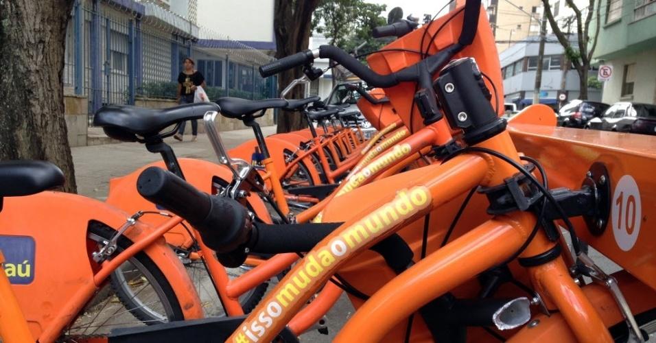 29.mai.2014 - Projeto de mobilidade urbana do Itaú oferece aluguel de bicicletas em São Paulo. Patrocinador da seleção brasileira, banco montou estrutura igual na Granja Comary, em Teresópolis.