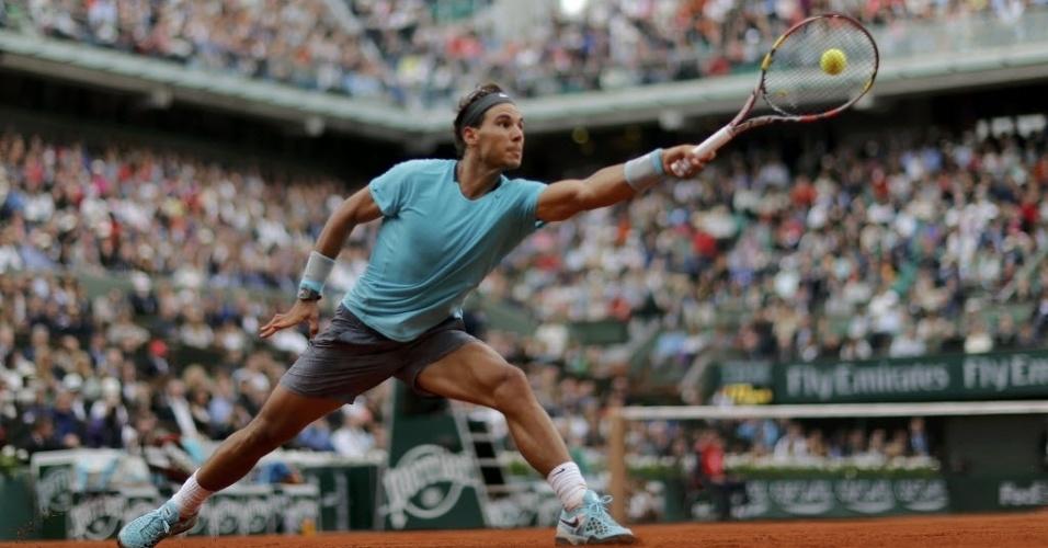 29.mai.2014 - Rafael Nadal se estica para alcançar a bola durante a sua vitória sobre Dominic Thiem