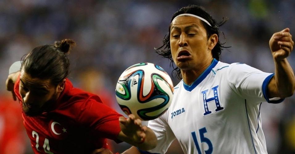 29.mai.2014 - Tarik Camdal (e) disputa bola com o hondurenho Roger Espinoza