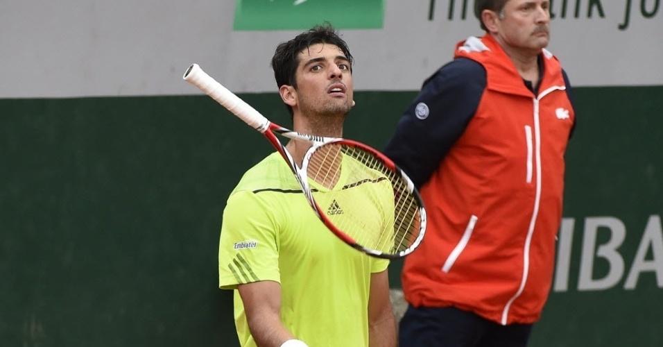 29.mai.2014 - Thomaz Bellucci fica irritado e joga a raquete para cima durante partida contra o italiano Fabio Fognini