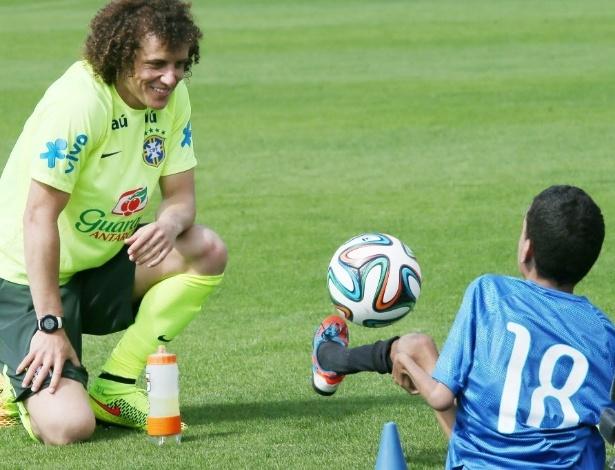 David Luiz brinca com garoto no campo da Granja
