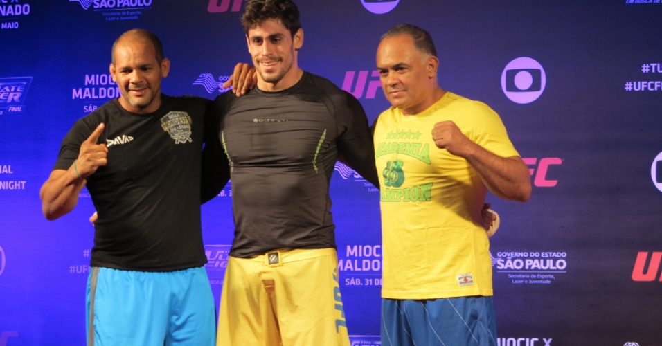 Antonio Cara de Sapato posa com Iuri Carlton e Luiz Dórea, seus técnicos de jiu-jítsu e boxe