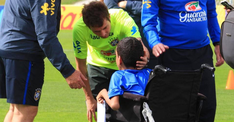 Bernard recepciona garoto que foi levado por Luciano Huck a campo nesta quinta-feira.